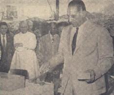 O grande oficial Mário Dedini ao lançar o primeiro tijolo, no marco comemorativo, que encerrará a urna contendo os documentos históricos do ato, vendo-se o sr. ex-bispo diocesano de Piracicaba Dom Ernesto de Paula, que procedeu a benção inicial
