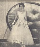 O cofre se abre para o foco de luz apresentando Laís Maria Camargo de Moraes