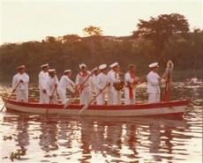 Os Irmãos de Baixo subindo o rio para o Encontro com os Irmãos de Cima. Os foliões e cantores – antes o folião era criança com menos de 14 anos – cantam hinos de loas ao Divino enquanto os marinheiros remam, animando-se à medida que se aproxima o Encontro.
