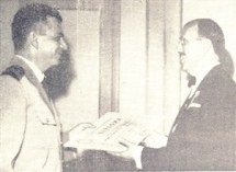 O representante da Força Pública entrega o título a João Chiarini