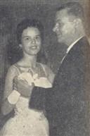 Cheia de graça e distinção, Anita Corrêa de Paiva Castro dança a valsa com seu pai, o Dr. Urbano Paiva Castro