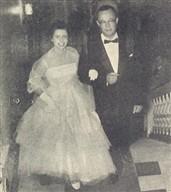 A linda Evany Holland sobe a escadaria pelo braço de seu pai, o construtor Luiz L. Holland