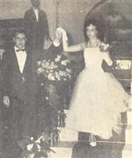 O Prof. Olenio Veiga no momento em que retirava do estôjo a sua ioia mais cara, a debutante Marcia Veiga