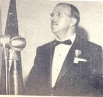 """Humberto tendo à mão, o prêmio que """"Prata da Casa"""" (Campinas) lhe ofereceu no Teatro Municipal"""