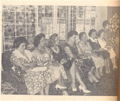 Grupo de senhoras e senhorinhas assistindo ao ritual, que precedeu a entrega das insígnias, na acolhedora mansão Humberto-Julieta.