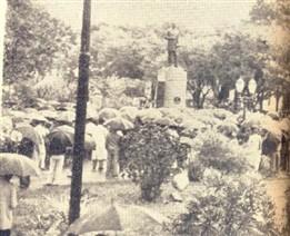 Apesar da chuva, muita gente compareceu ao ato de inauguração do monumento a Luiz de Queiroz. Vários oradores se fizeram ouvir. Inúmeras personalidades estiveram presentes, inclusive familiares do ilustre homenageado.