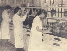 As estudantes no laboratório