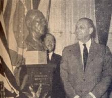 Mario Dedini contempla o outro, obra escultória de Morrone