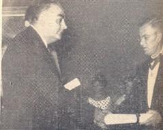 O anfitrião Humberto D'Abronzo, com o pergaminho, ostentando o Colar Acadêmico, no grau de comendador.