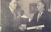 O grande Oficial Mário Dedini recebe o diploma.