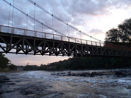 Ponte Pênsil ao entardecer - Foto: Cynthia da Rocha