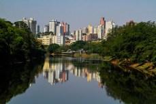 O Rio Piracicaba e ao fundo a cidade em constante crescimento e desenvolvimento às suas margens. Foto: Benedito Adilson Zavarize – MTB 69022
