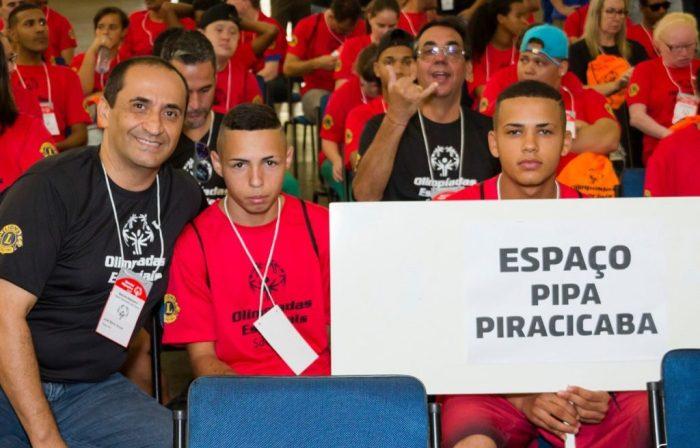 José Maria de Souza com os atletas do tênis de mesa FOTO LUIZ BERALDO