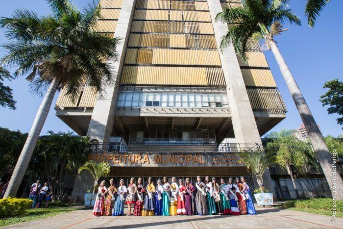 Rainhas de 2017 em frente ao Prédio do Centro Cívico (FotoPerigo)