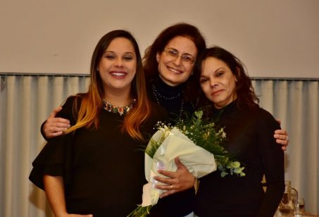Flores entregues à família da debatedora Cida Couto (homenagem): sua filha Flávia Couto (à direita) e sua neta Bárbara Couto Marçal Marques (à esquerda)
