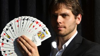 Mágica dá as cartas no Sesc