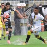 Danilo Bueno em jogada na vitória por 1 a 0 sobre o São Bernardo, no Barão