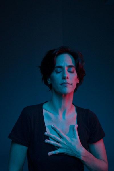 """Mariana Lima, em """"Cérebro Coração"""". (foto: Fernando Young)"""