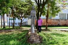 A escultura de São Francisco, feita por Jairo, está na praça da Igreja dos Frades – era uma de suas obras preferidas. (foto: Marcelo Fuzeti Elias)