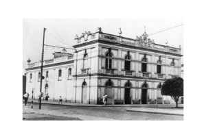 No Teatro, a primeira biblioteca