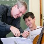 Estudantes têm a possibilidade de conhecer os instrumentos - foto Rodrigo Alves