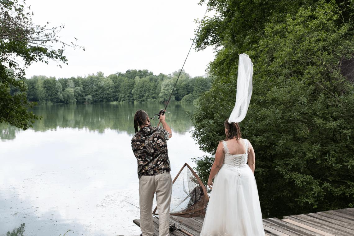 Mann wirft Schleier von Braut aus