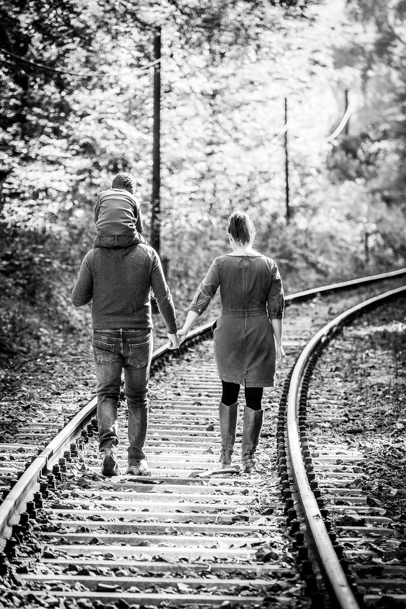 Familie geht auf Bahngleis spazieren