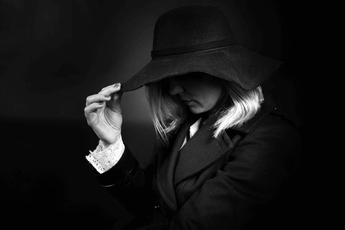 Frau mit Hut in schwarz weiß