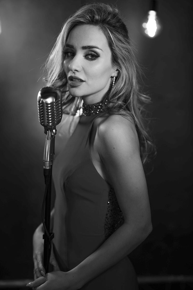 Frau singt auf Bühne
