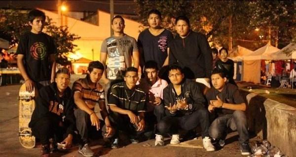 Denílson e outros adolescentes reunidos num domingo na feira da Kantuta, ponto de encontro da comunidade boliviana em São Paulo.