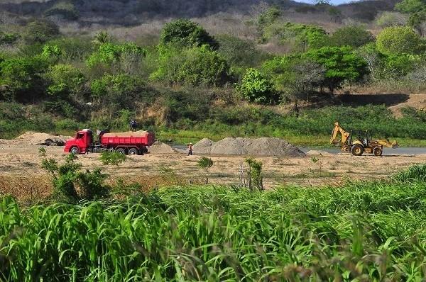 Mesmo contra lei municipal de Itabaiana (PB), empresas extraem  areia diariamente do leito do rio Paraíba, como a do empresário Antonio Ferreira de Araújo (Foto: Mano de Carvalho)