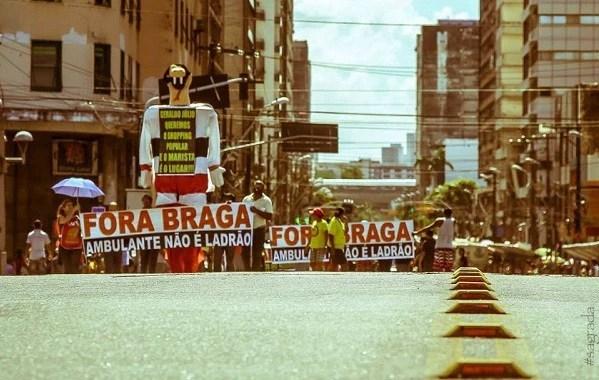 Protesto de trabalhadores ambulantes no dia 11 de abril de 2014 pede a saída do secretário de Mobilidade e Controle Urbano, João Braga. (Foto: Facebook Sintraci)