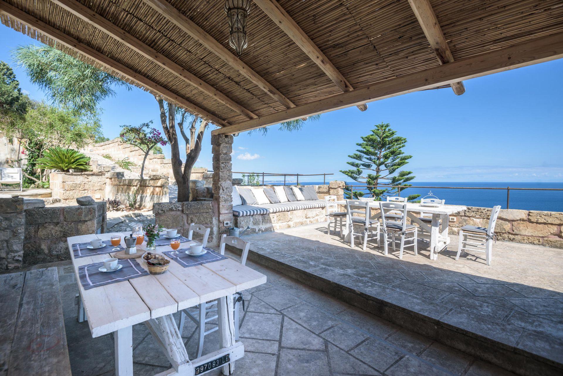 Charmante Villa direkt am Meer mit fantastischem Panorama. Ein bezauberndes Urlaubsdomizil.