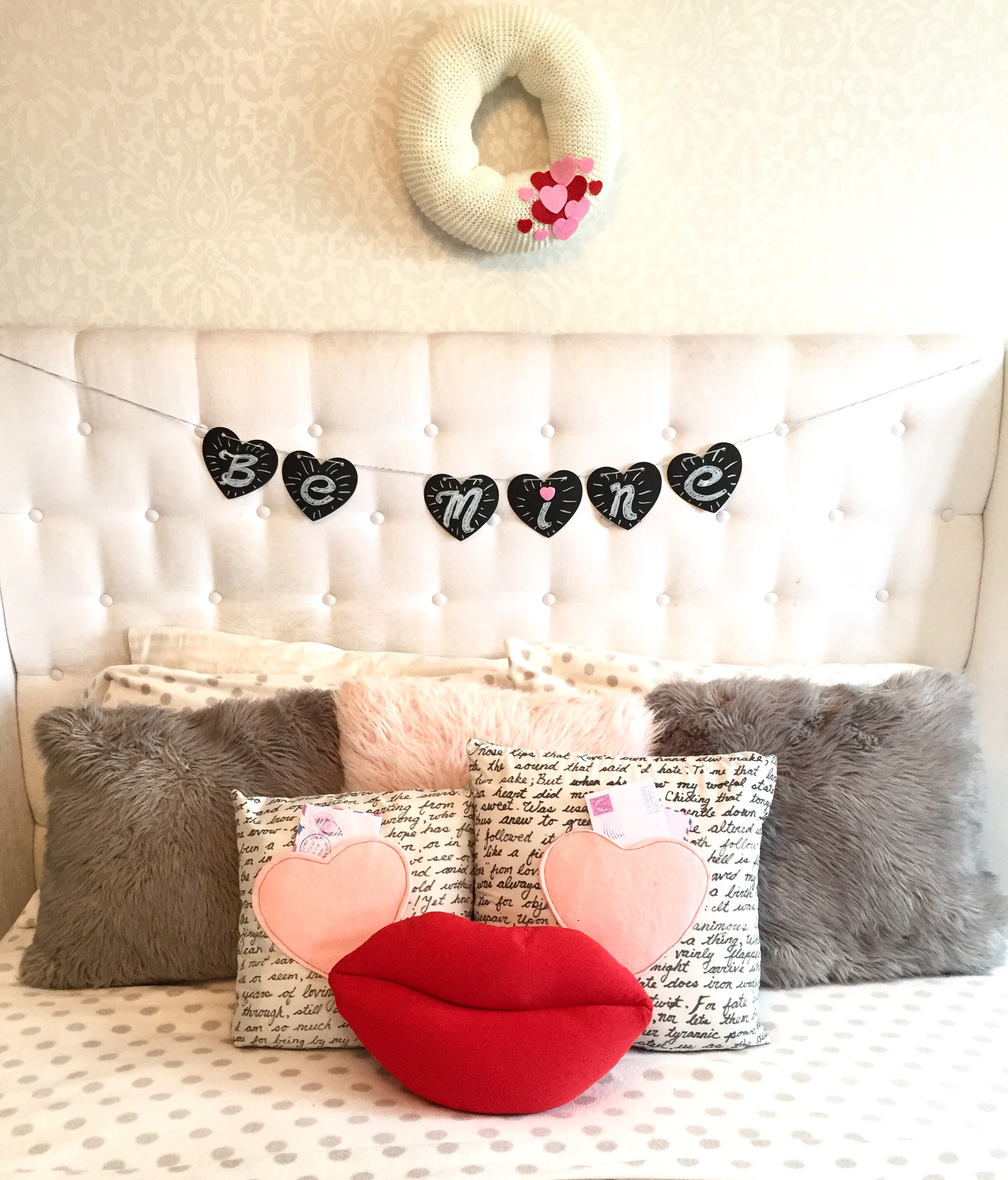 Valentine's Day Bedroom Decor / How to Decorate for Valentine's Day / Holiday Wreath / Valentine's Day Decorating / apurdylittlehouse.com