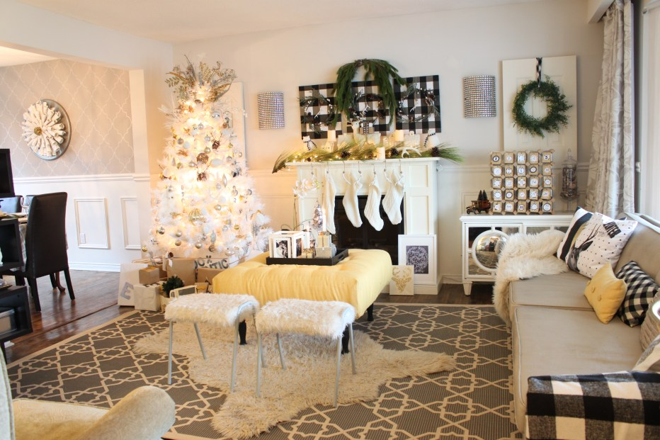 Christmas Home Tour with neutral tones in black, white and grey. I also love to use greenery to bring in that holiday feeling