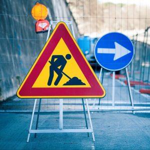 Två skyltar vid ett vägarbete