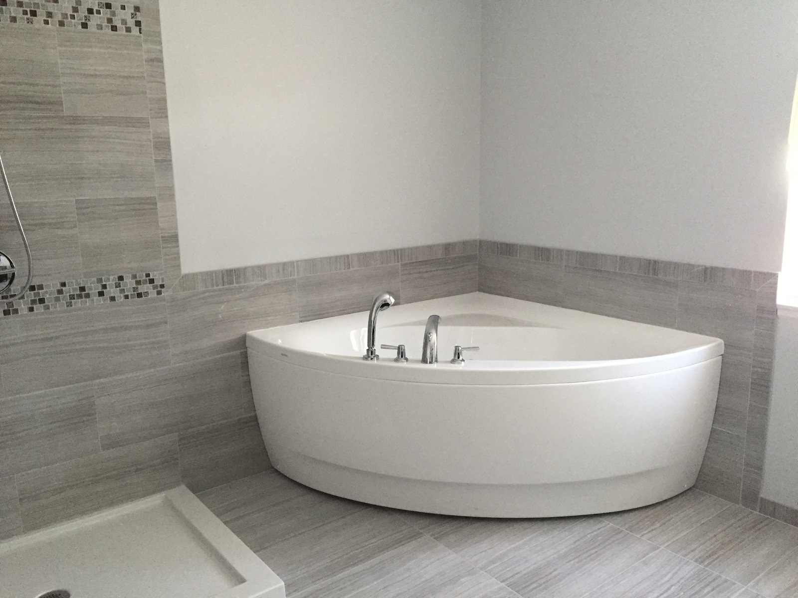 Aquatica OliviaWht Small Corner Acrylic Bathtub