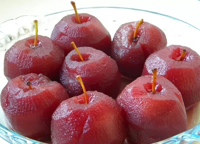 Sobremesa de maca com suco de uva