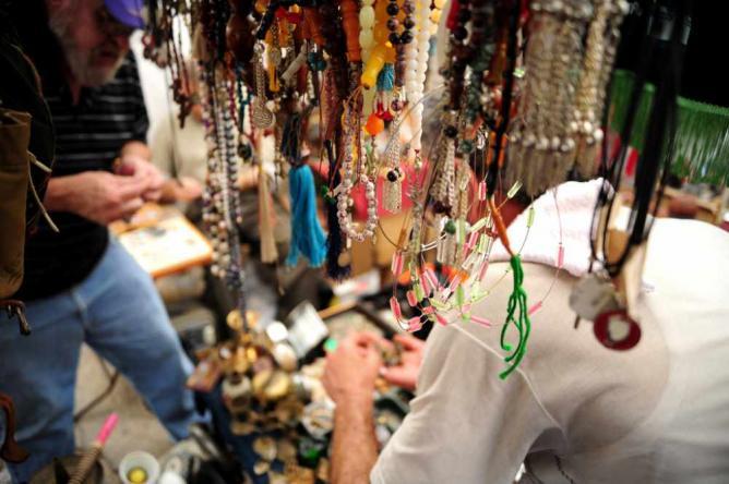 04836a005 بالقرب من كورنيش النهر في شرق بيروت، يجتمع السكان المحليين في سوق الأحد  الأسبوعي كل يوم أحد للبحث عن مزيج انتقائي من الحلي والمجوهرات، والتحف  والملابس ...