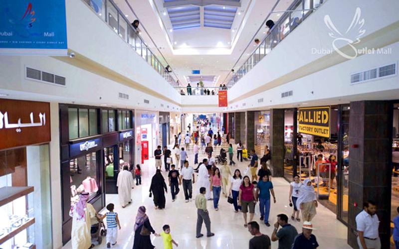 0908f60fb3952 يقع دبي أوتلت مول بالقرب من طريق دبي العين، ويعمل طوال أيام الأسبوع، ويغطي  هذا السوق مساحة ضخمة ويوفر مواقف جيدة للمشترين.