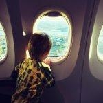 كيف تحافظ على هدوء طفلك عند السفر على متن الطائرة؟