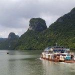 دليل السياحة في خليج هالونج فيتنام وأجمل الأماكن السياحية الموصى بها