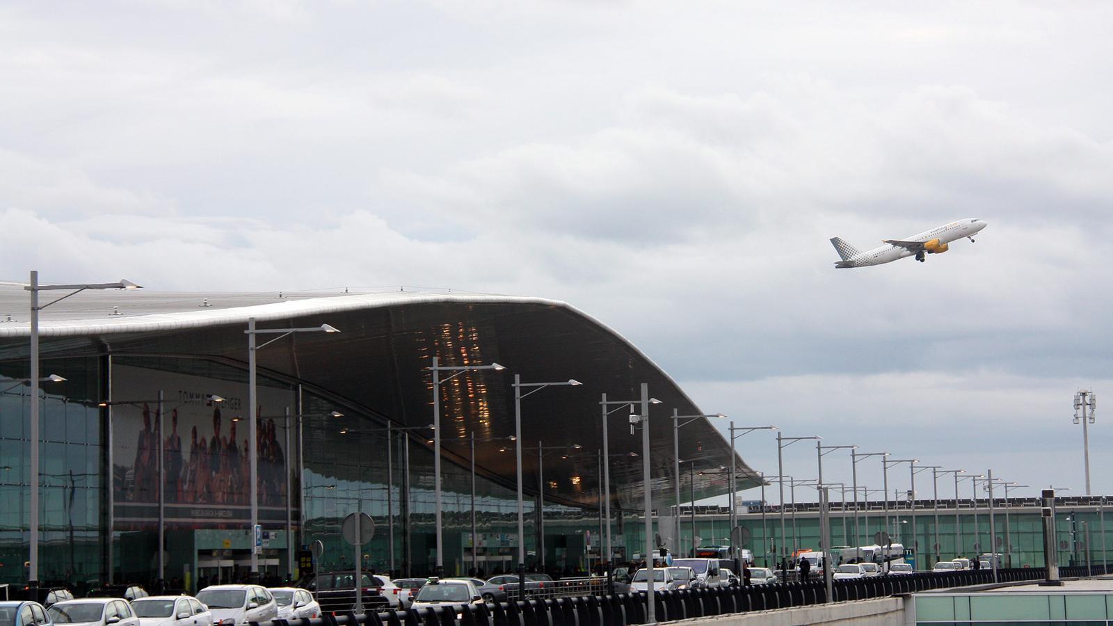 Un incendi afecta una quarantena de motos i cotxes al pàrquing exterior de la terminal 2 de l'aeroport del Prat
