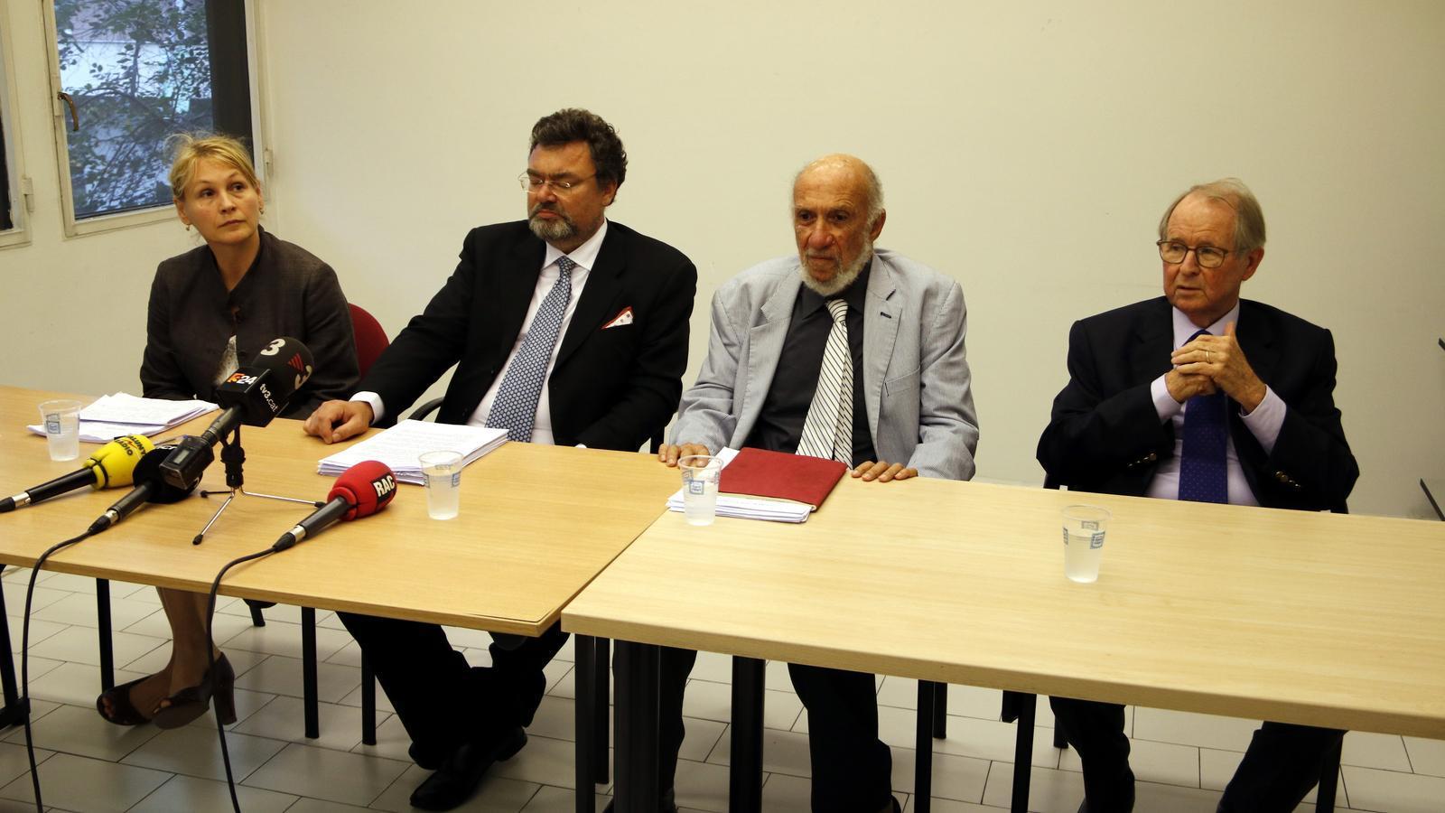 Els experts en dret internacional Ana Stanic, Marc weller, Richard Falk i John Dugard, aquest dimecres en roda de premsa a Barcelona / JOSEP RAMON TORNÉ / ACN