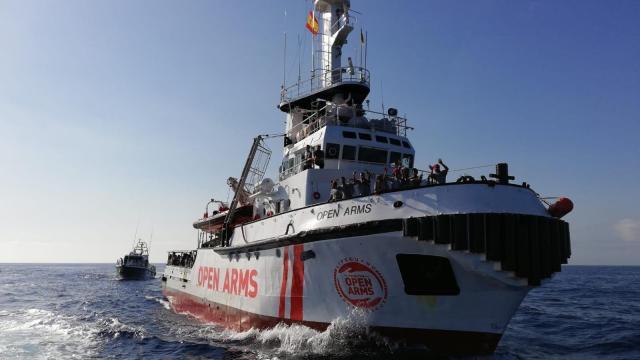 Calor sofocante y condiciones de hacinamiento: el Open Arms, con 30 menores a bordo, debe atracar en un puerto seguro ya