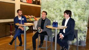 El director de L'Auditori, Robert Brufau (esquerra), el director titular de la Banda, José Rafael Pascual-Vilaplana, i el gerent, Joan Xicola, el 8 de maig de 2019. / MAR VILA/ACN
