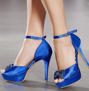 إطلاق تشكيلة مميزة من أحذية الكعب العالي بلمسة اللون الأزرق