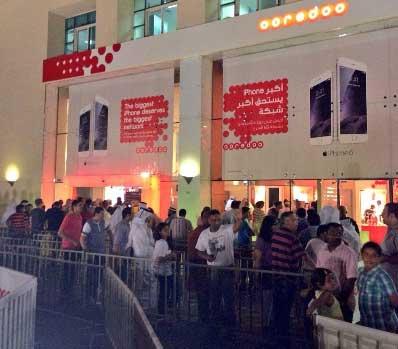 """إقبال ملحوظ أمام أحد متاجر """"أوريدو Ooredoo"""" - قطر"""