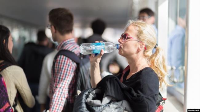 دراسة أمريكية تحذر من شرب الماء بعبوات بلاستيكية 1
