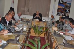اللواء محمود عشماوي محافظ الوادي الجديد أثناء الإجتماع